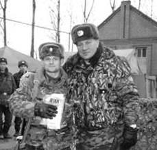 Буданов (справа) с начальником штаба полка подполковником Иваном Федоровичем под Дубаюртом. Фото автора